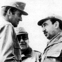 A la izquierda, el Rey con Alfonso Armada y, a la derecha, Jaime Milans, los militares quizás más monárquicos del Ejército de España.