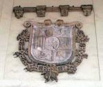 Escudo de José Bonaparte en la fachada del Monasterio de San Benito