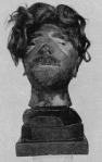 Fotografía de la cabeza de una víctima de Auschwitz, transformada en objeto de decoración. La esposa del comandante del campo de Buchenwald fue una reconocida coleccionista de ellos. Algunas familias alemanas los tuvieron en sus hogares, a modo de trofeo. Estos hechos demuestran el grado de complicidad del pueblo alemán en el holocausto.