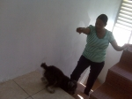 Hita ordenando a mi perrito, Chilling, que vuelva a casa