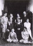Frida, vestida de varón, con toda su familia, en 1927