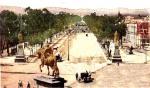 Paseo de la Reforma 1904, con las obras de urbanización, bancas de cantera, la estatua de Carlos IV y las figuras de los Indios Verdes. Última década del siglo XIX