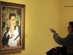 Una mujer contempla la obra ''Autorretrato con monos'' que acoge el Museo Pera en Estambul.
