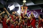 Los jugadores de la selección española posan con la copa tras vencer a Italia en la final de la Eurocopa 2012, en el estadio Olímpico de Kiev