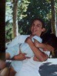 Haciendo rabiar a su hermanito Nicolás, 1995