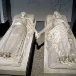 Esculturas que representan a Diego e Isabel, los amantes de Teruel